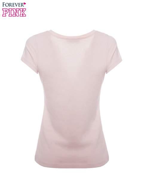 Jasnoróżowy basicowy t-shirt z dekoltem w serek                                  zdj.                                  5