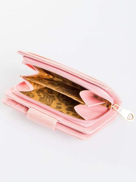 Jasnoróżowy portfel ze złotym zapięciem efekt skóry saffiano                                  zdj.                                  4