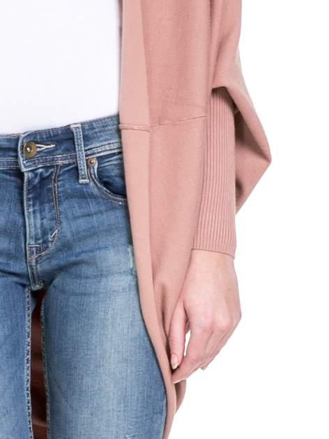 Jasnoróżowy sweter narzutka z nietoperzowymi rękawami                                  zdj.                                  6