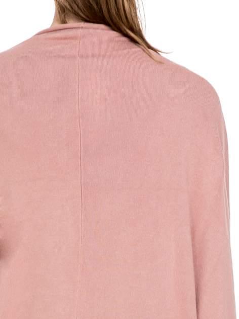 Jasnoróżowy sweter narzutka z nietoperzowymi rękawami                                  zdj.                                  7