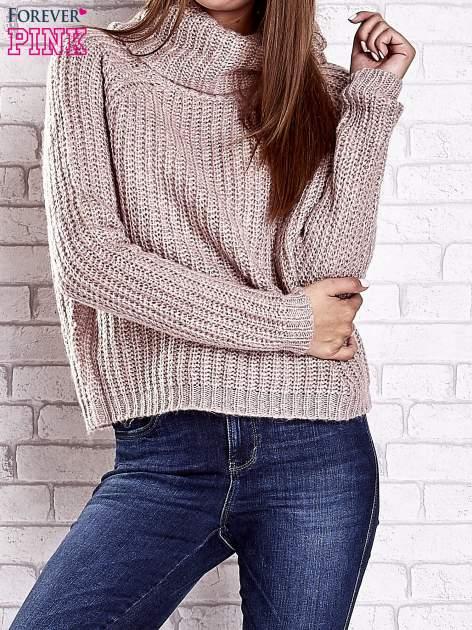 Jasnoróżowy sweter oversize z luźnym golfem                                  zdj.                                  2