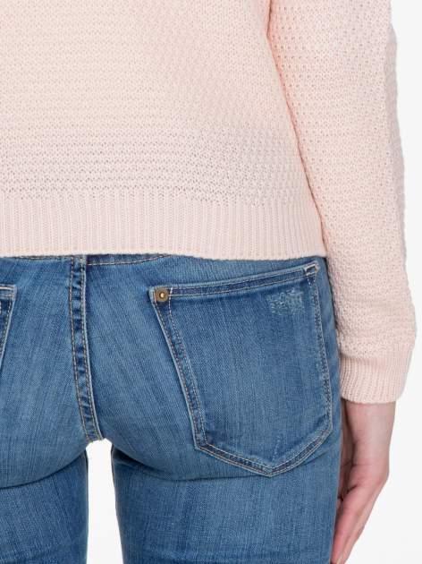 Jasnoróżowy sweter z napisem AMAZE z cekinów                                  zdj.                                  8