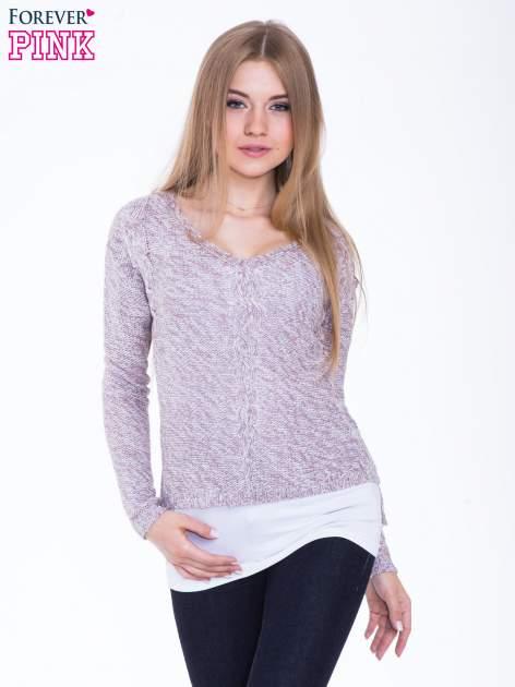 Jasnoróżowy sweter z warkoczowym splotem z przodu