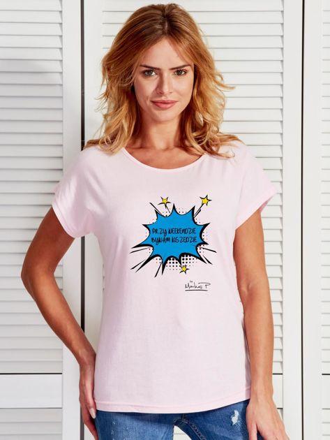 Jasnoróżowy t-shirt damski PRZY WEEKENDZIE BYWAM WSZĘDZIE by Markus P                                  zdj.                                  1