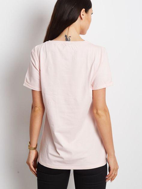 Jasnoróżowy t-shirt z ażurową kieszenią                              zdj.                              2