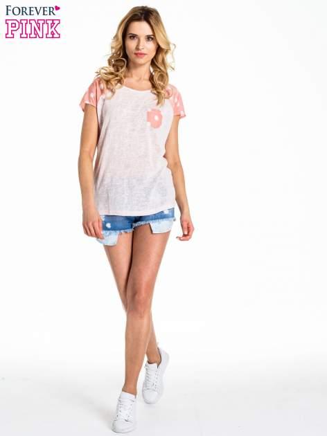 Jasnoróżowy t-shirt z kieszonką w groszki                                  zdj.                                  2