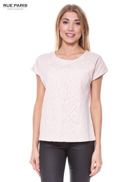 Jasnoróżowy t-shirt z koronkowym przodem