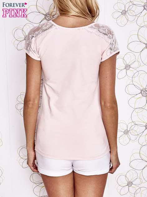 Jasnoróżowy t-shirt z koronkowym wykończeniem rękawów                                  zdj.                                  4