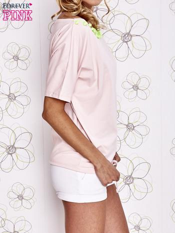 Jasnoróżowy t-shirt z limonkowymi pomponikami przy dekolcie                                  zdj.                                  3