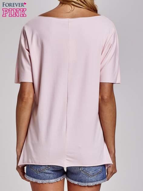 Jasnoróżowy t-shirt z motywem serce i krzyżyk                                  zdj.                                  4