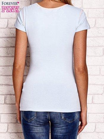 Jasnoróżowy t-shirt z nadrukiem motyli