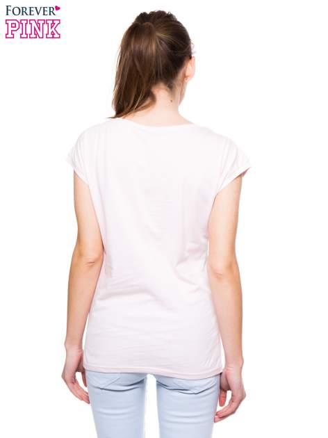 Jasnoróżowy t-shirt z nadrukiem tekstowym PIĘKNA MĄDRA SKROMNA                                  zdj.                                  4