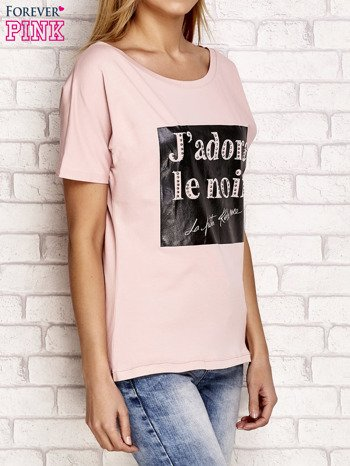 Jasnoróżowy t-shirt z napisem J'ADORE LE NOIR                                  zdj.                                  3