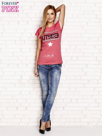 Jasnoróżowy t-shirt z napisem OUTSIDER                                  zdj.                                  4