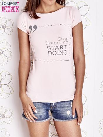 Jasnoróżowy t-shirt z napisem STOP DREAMING START DOING                                  zdj.                                  1