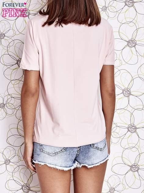 Jasnoróżowy t-shirt z ukośną kieszenią i dżetami                                  zdj.                                  4