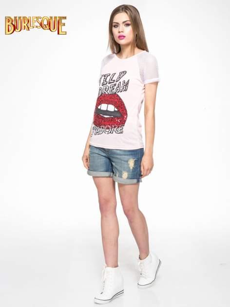 Jasnoróżowy t-shirt z ustami z cekinów i rękawami z siateczki                                  zdj.                                  2