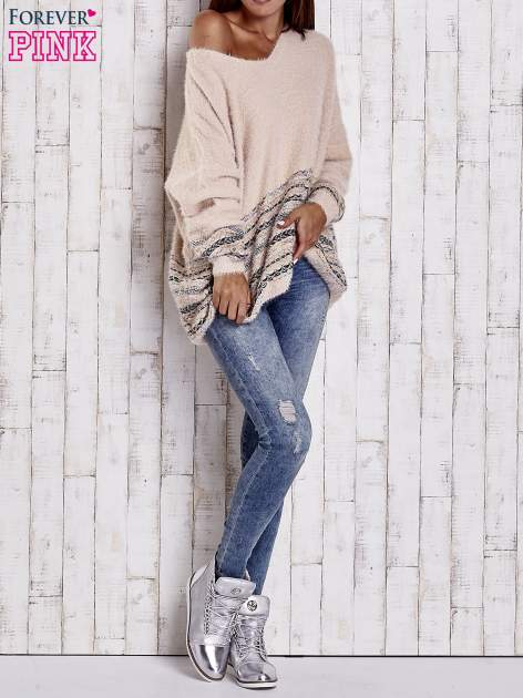 Jasnoróżowy włochaty sweter oversize z kolorową nitką                                   zdj.                                  8