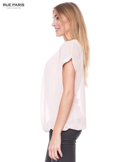 Jasnoróżowy zwiewny t-shirt z plisami na dekolcie                                  zdj.                                  2