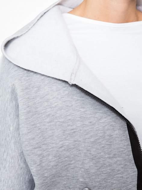 Jasnoszara bluza z kapturem i dłuższym tyłem                                  zdj.                                  7