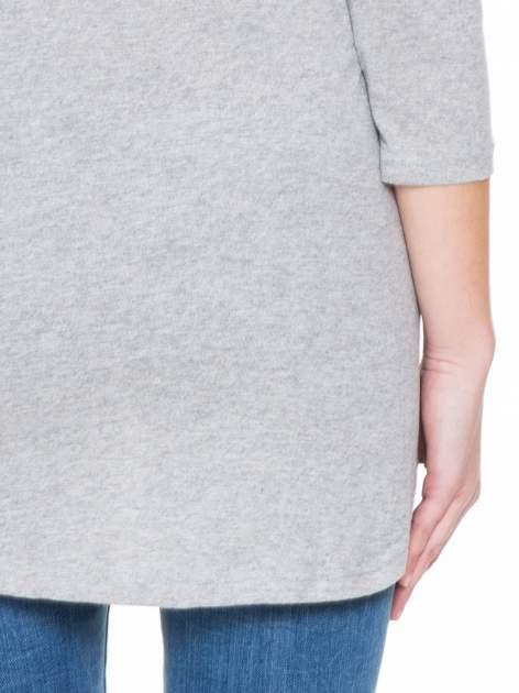 Jasnoszara gładka bluzka z dłuższym tyłem                                  zdj.                                  8