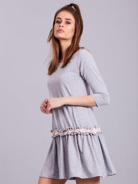 Jasnoszara sukienka z kontrastową falbanką                              zdj.                              3