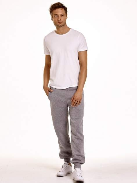 Jasnoszare dresowe spodnie męskie z trokami w pasie i kieszeniami                                  zdj.                                  3