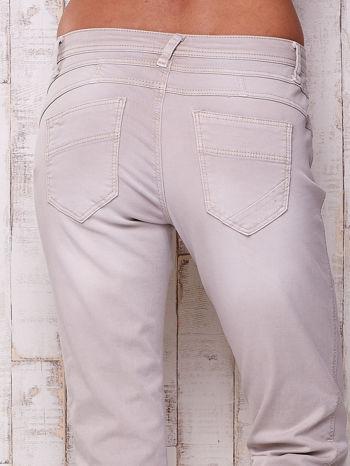 Jasnoszare materiałowe spodnie z przeszyciem                                  zdj.                                  5