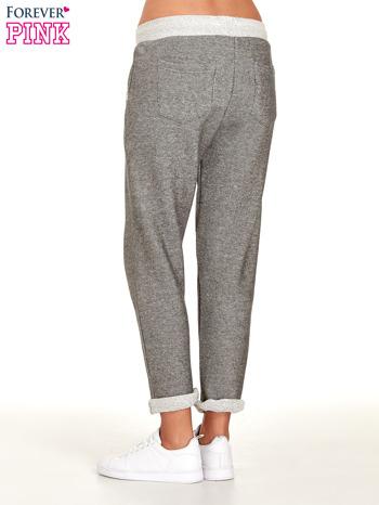 Jasnoszare melanżowe spodnie dresowe w stylu casual                                  zdj.                                  4