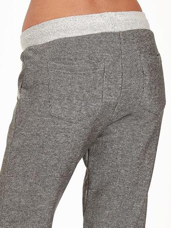 Jasnoszare melanżowe spodnie dresowe w stylu casual                                  zdj.                                  9