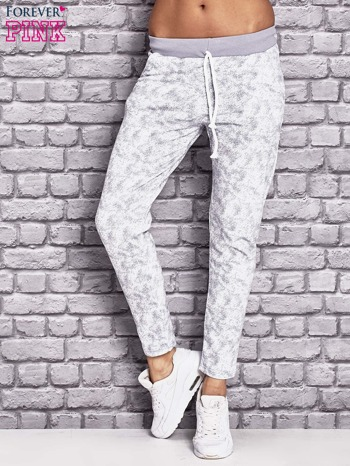Jasnoszare ocieplane spodnie dresowe z marmurkowym nadrukiem                                  zdj.                                  1