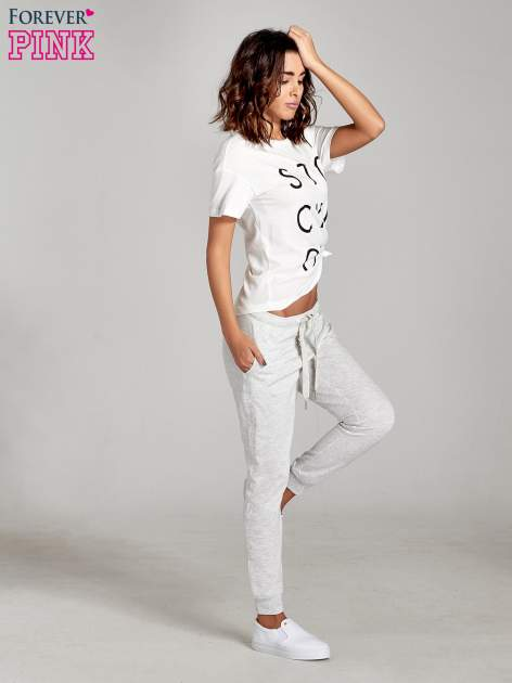 Jasnoszare spodnie dresowe damskie z guziczkami                                  zdj.                                  4