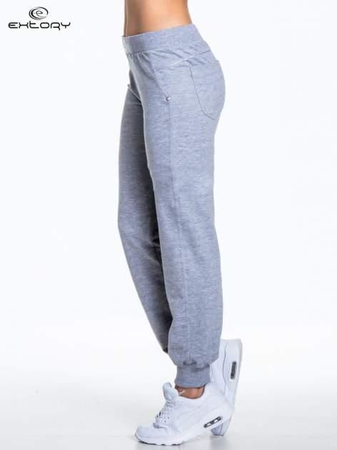 Jasnoszare spodnie dresowe z aplikacją z dżetów PLUS SIZE                                  zdj.                                  3