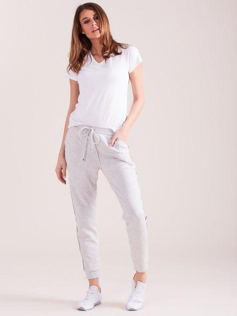 Jasnoszare spodnie dresowe z kieszeniami                              zdj.                              5