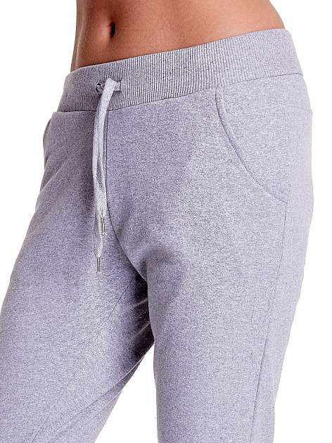 Jasnoszare spodnie dresowe z prostą nogawką                                  zdj.                                  5