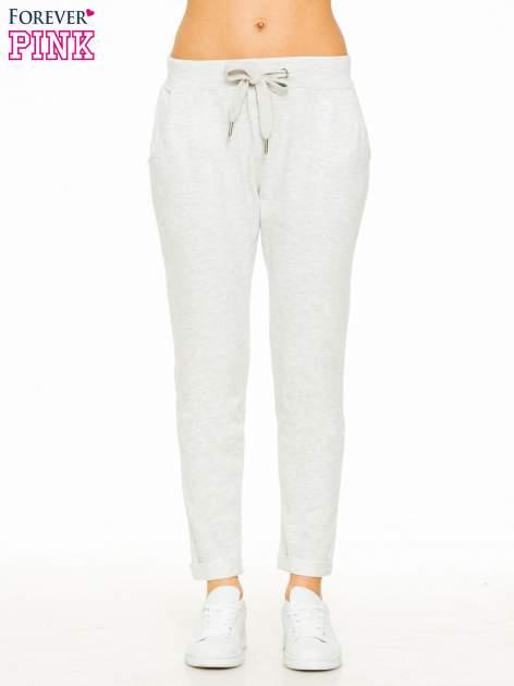 Jasnoszare spodnie dresowe z wywijanymi nogawkami