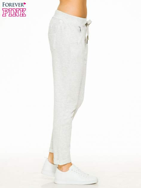 Jasnoszare spodnie dresowe z wywijanymi nogawkami                                  zdj.                                  3