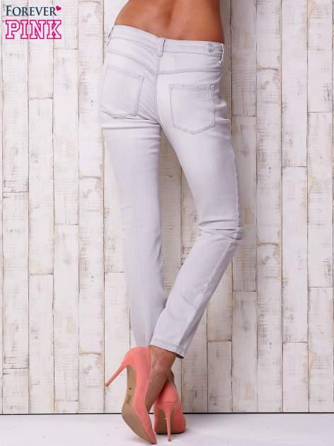 Jasnoszare spodnie o regularnym kroju                                  zdj.                                  2