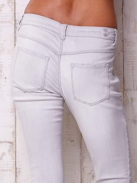 Jasnoszare spodnie o regularnym kroju                                  zdj.                                  5