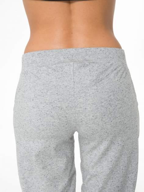 Jasnoszare spodnie sportowe typu capri wiązane w pasie                                  zdj.                                  8