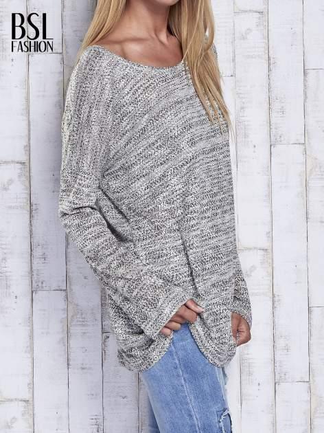 Jasnoszary melanżowy sweter z łezką na plecach                                  zdj.                                  4