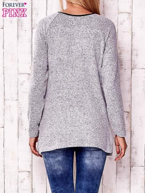 Jasnoszary melanżowy sweter ze skórzanym wykończeniem                                  zdj.                                  4