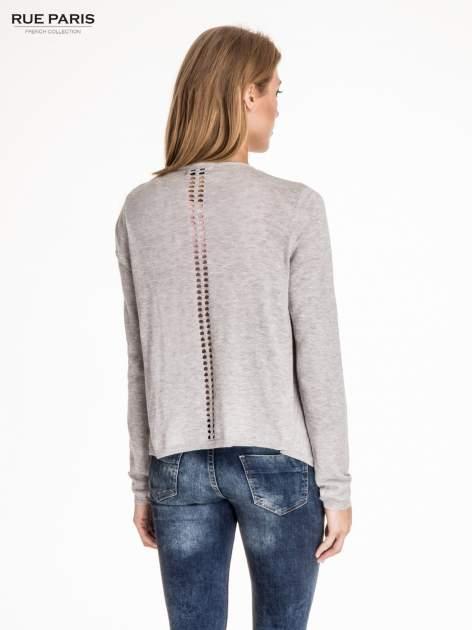 Jasnoszary sweter z kaskadowymi bokami i oczkami                                  zdj.                                  4