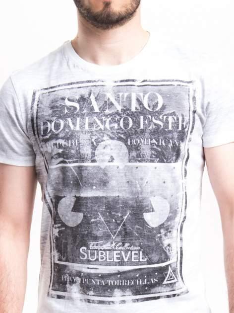 Jasnoszary t-shirt męski z nadrukiem SANTO DOMINGO                                  zdj.                                  4