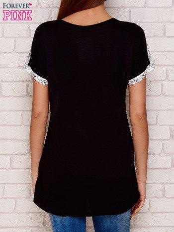 Jasnoszary t-shirt w kwiaty                              zdj.                              2