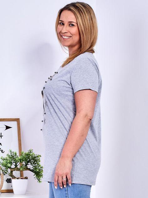 Jasnoszary t-shirt z błyszczącymi gwiazdami PLUS SIZE                              zdj.                              5