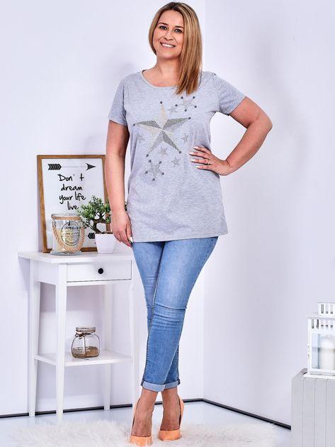 Jasnoszary t-shirt z błyszczącymi gwiazdami PLUS SIZE                              zdj.                              4