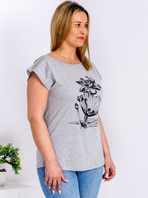 Jasnoszary t-shirt z motywem roślinnym PLUS SIZE                                  zdj.                                  3