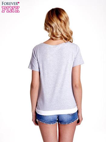 Jasnoszary t-shirt z napisem SELF-CONFIDENCE IS THE BEST OUTFIT                                  zdj.                                  2
