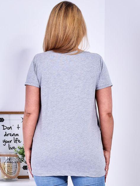 Jasnoszary t-shirt z napisem z perełek PLUS SIZE                              zdj.                              2